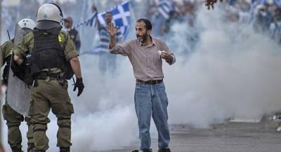 Полицейские пострадали во время беспорядков в Греции
