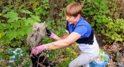 Президент Эстонии убрала мусор в парке на Украине