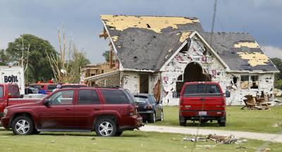 Люди пострадали в мощном торнадо в Канаде