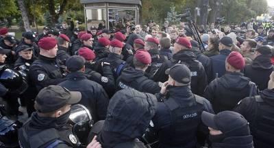 Возле Киево-Печерской лавры задержаны десятки людей