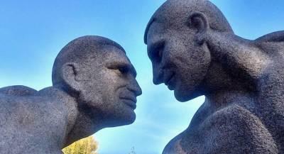 Голых братьев Кличко увековечили на Украине