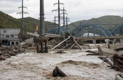 «Фуры забиты необходимым, а люди стоят в мокрой одежде, в полуголом виде». Пострадавшие от наводнения на Кубани не могут получить помощь