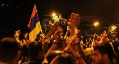 В Армении демонстранты прорвались в здание парламента