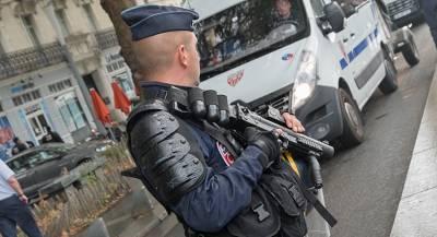 Вооружённый человек напал на полицейских в метро Парижа