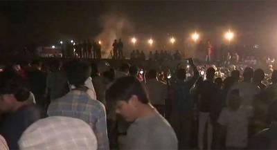 Поезд задавил десятки человек на празднике в Индии