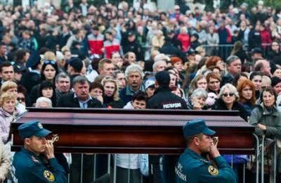 «Атмосфера в городе очень тяжелая». В Керчи простились с жертвами нападения в колледже