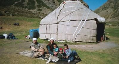 Этническим киргизам на Памир доставили гумпощь