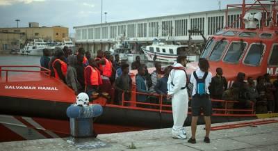 Мигранты на лодках заполонили побережье Испании