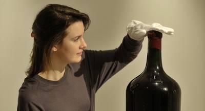 Бутылка вина ушла с молотка за полмиллиона долларов