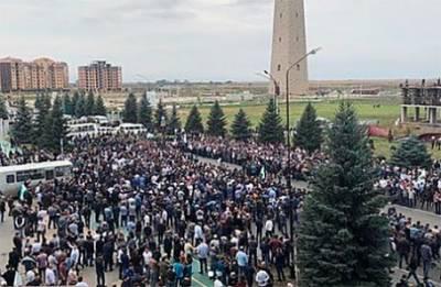 «Там старики, там все». В Ингушетии — массовые протесты