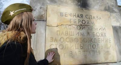 Как поляки сносили советские памятники