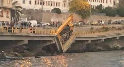Автомобильный мост обрушился в Греции