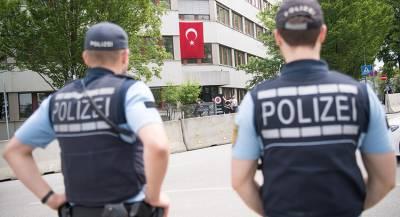Высланный из США глава фонда Гюлена доставлен в Турцию