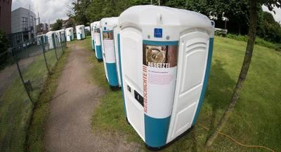 Двое мужчин украли сотни туалетных кабинок в ФРГ