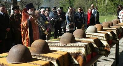Бойцов Красной армии перезахоронили на Украине