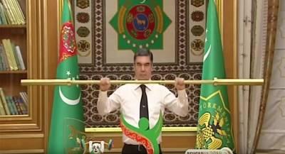 Президент Туркмении продемонстрировал золотой гриф