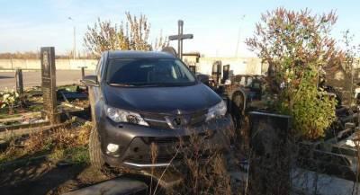 Священник на джипе разгромил кладбище в Харькове