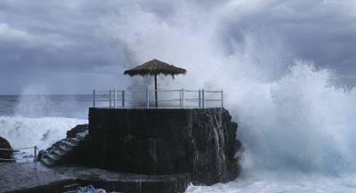 Бушующий океан обрушил балконы отеля на Канарах